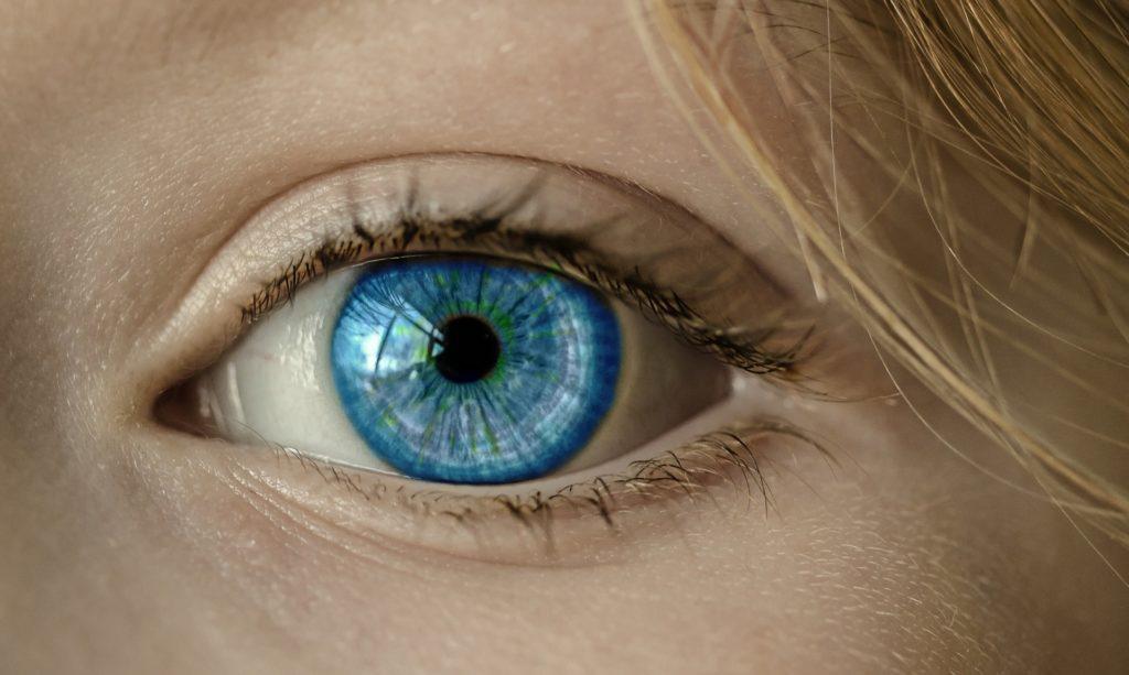 עין כחולה ללא משקפיים