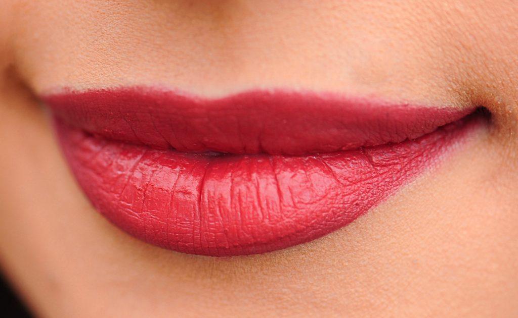 שפתיים עם אודם